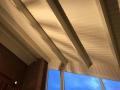 Het bruine dakbeschot wordt wit