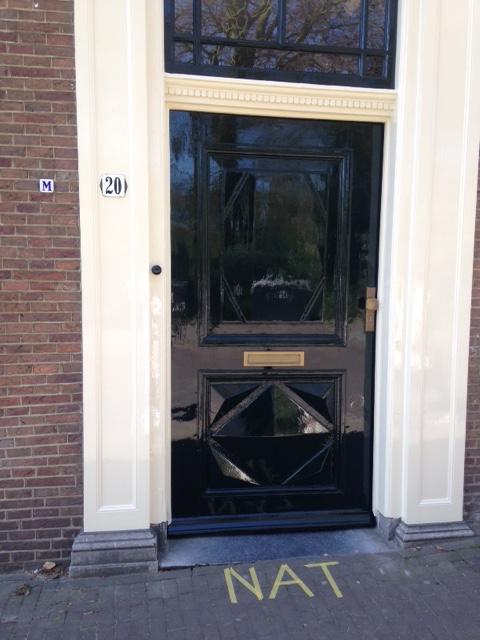 De voordeur in de verf