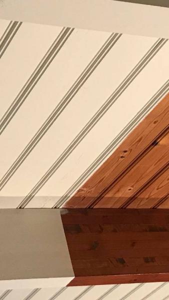 Het dakbeschot wordt geschilderd